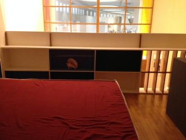 La chambre parentale est, comble de la modernité, ouverte sur l'espace de vie en contrebas. Elle profite notamment de la luminosité de la baie vitrée. A noter que chaque chambre possède son propre point d'eau.