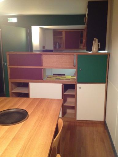 L'entrée, vue de face, donne directement sur une cuisine équipée et ouverte sur l'espace de vie de l'appartement.
