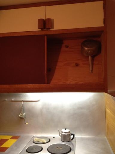 La cuisine est d'ailleurs incroyablement bien pensée: notez ce placard servant à ranger les ustensiles. Il est en oblique afin de suivre le tracé de la hotte de cuisson.