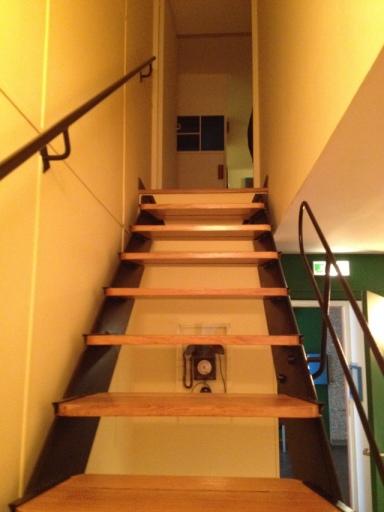 L'escalier, sobre et élégant, qui n'est pas sans rappeler (comme d'autres éléments et notamment la porte de la douche en arrondi) l'univers marin.