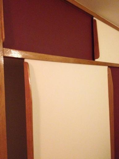 A l'étage, se trouvent également de nombreux rangements. Ici des portes de bois coulissantes.